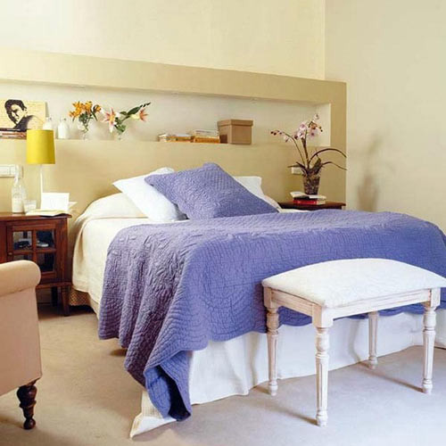 是不是好像回到纯真的寝室生活,因为空间小,在床头搭了两块木板,放图片