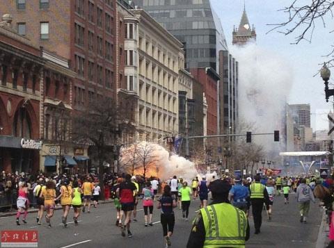 4月15日,美国波士顿警方证实,正在进行马拉松比赛的波士顿当天下午发生3起爆炸,现已造成两人死亡,百余人受伤。图为马拉松比赛终点线附近的爆炸现场。
