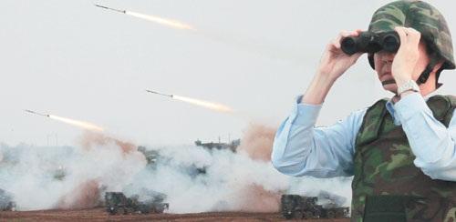 雷霆2000多管火箭,对敌登陆船团实施泊地攻击,发挥远程火力急袭、奇袭效果。 记者 曾学仁/摄影