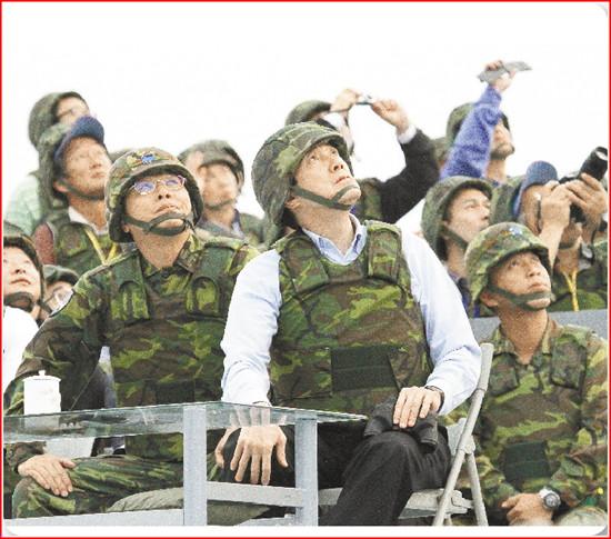"""马英九首次全程校阅实弹射击,强调台湾不与大陆军备竞赛,要发展""""损小、效高""""之不对称战力。"""
