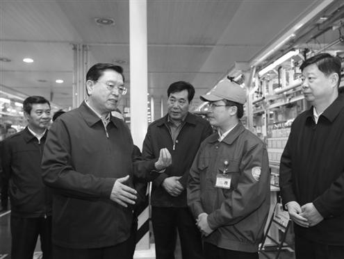 4月16日,张德江在潍坊市潍柴动力工业园二号工厂考察企业生产经营状况 新华社发