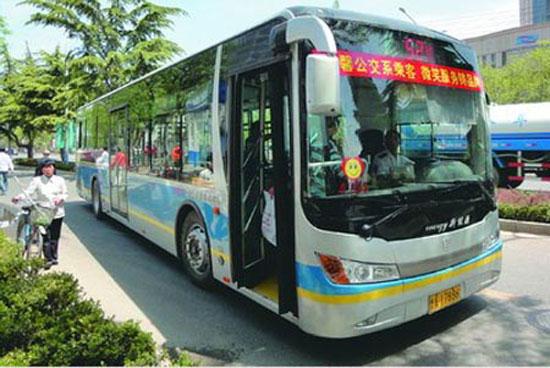 是否缴交强险 多数公交车未贴交强险标志高清图片