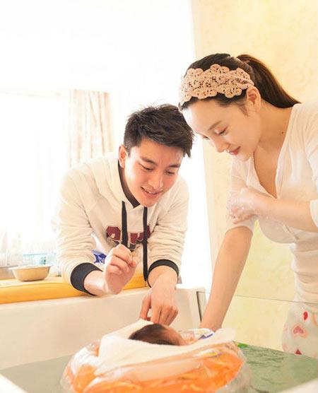 李小璐贾乃亮的家在_李小璐与女儿穿母女装出镜 小馨儿粉嫩可爱(组图)-搜狐滚动