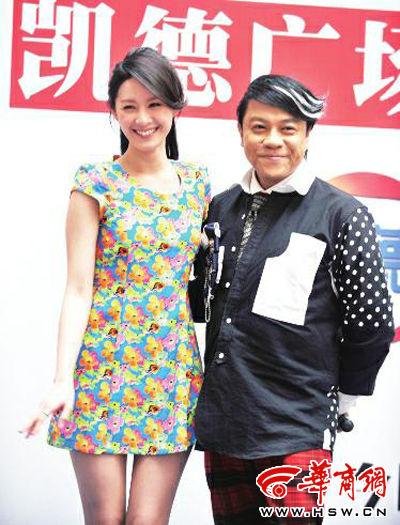 4月6日,蔡康永携书模曾恺�t在西安签售新书 本报记者 张�� 摄