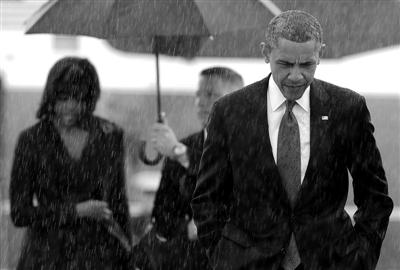"""4月18日,美国马里兰州安德鲁斯空军基地,经历""""耻辱的一天""""的奥巴马与夫人按计划将乘坐""""空军一号""""前往波士顿。"""
