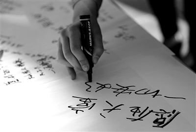 4月17日,波士顿市,有华人学生签字悼念在连环爆炸事件中遇难的中国女留学生。