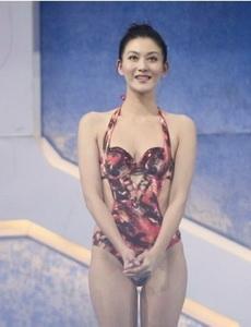 王彩桦展示了五颜六色的泳衣,爱美之心人皆有之
