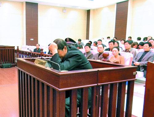 庭审中,杨某一直没有抬头。