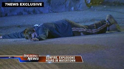 一名嫌犯当时趴倒在地,未做任何反抗。图片来源:波士顿当地电视台