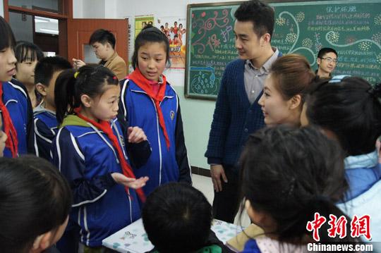 《向日葵的春天》的主创人员来到山西太原市聋哑学校,观摩考察拍摄