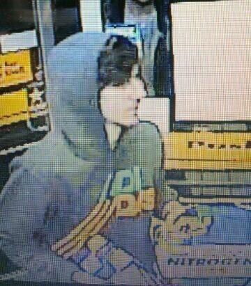 波士顿警方公布在逃嫌犯于当地时间18日晚被监控录像拍摄到的画面