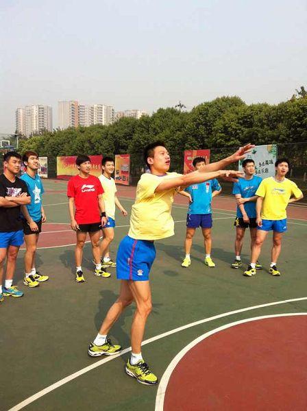 图文:中国男乒备战世乒赛 周雨投篮瞬间