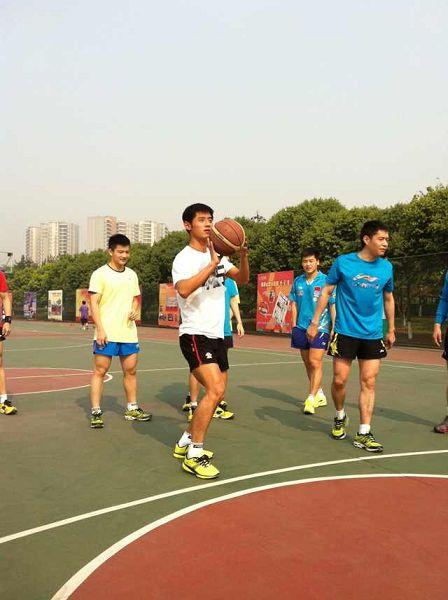 图文:中国男乒备战世乒赛 张继科投篮