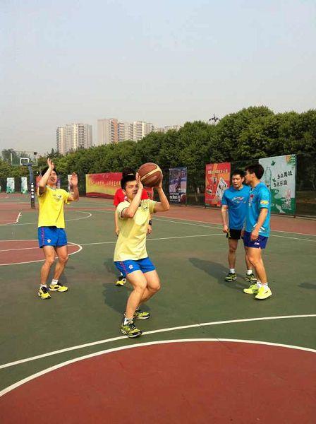 图文:中国男乒备战世乒赛 樊振东准备投篮