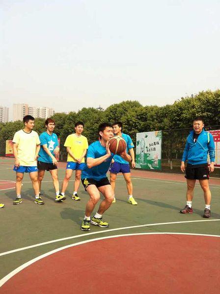 图文:中国男乒备战世乒赛 邱贻可准备投篮