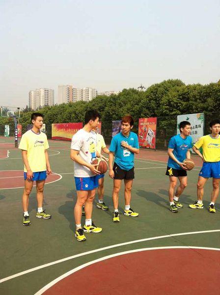 图文:中国男乒备战世乒赛 闫安给马龙支招