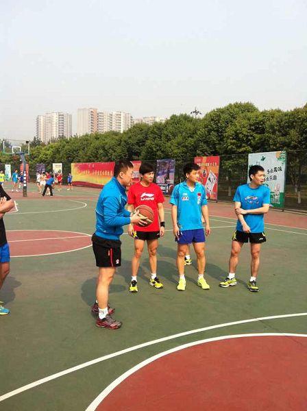 图文:中国男乒备战世乒赛 马琳与队友交流
