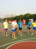图文:中国男乒备战世乒赛 马龙与闫安交流