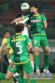 中超图:国安1-1人和 雷腾龙奋勇跳起争头球