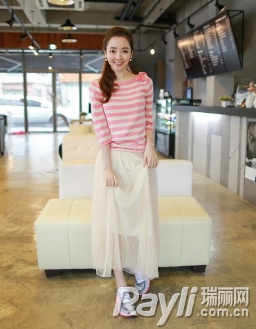 条纹针织衫搭配白色纱裙