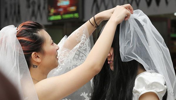 女同性恋15p_女同性恋身披雪白婚纱 街头求祝福吓跑行人(图)