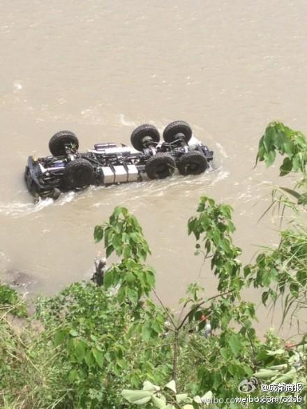 一辆满载战士的救援车辆翻下悬崖