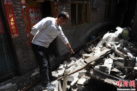 4月20日,四川芦山7.0级地震现场。芦山县城部分建筑损毁坍塌一片狼藉。中新社发 张浪 摄