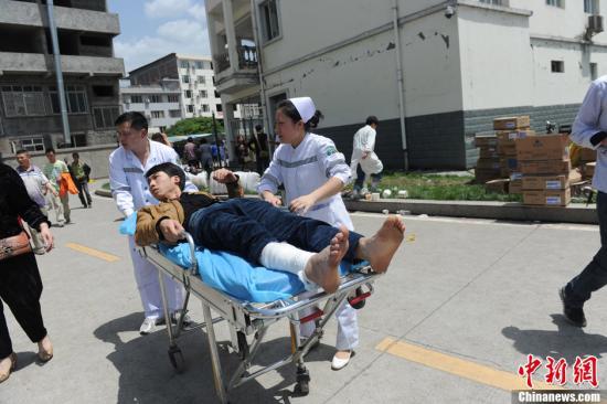 4月20日8时02分,四川雅安芦山发生7.0级地震。图为芦山县人民医院广场搭建的临时救治点救治地震伤员。 中新社发 张浪 摄