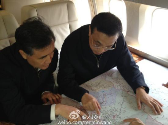 4月20日,李克强乘专机前往四川雅安地震灾区。图片来源:人民日报微博