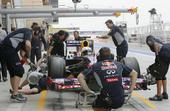 图文:F1巴林站第三次练习赛 检查赛车