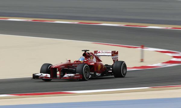 图文:F1巴林站排位赛 阿隆索驶出弯道