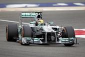 图文:F1巴林站排位赛 汉密尔顿过弯瞬间