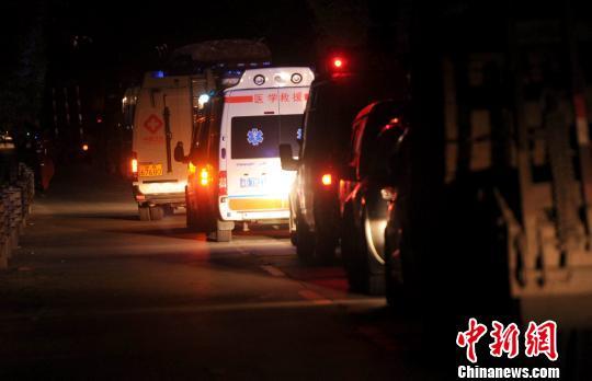 雅安荥经县到天全县途中受阻的救援车辆。 陈超 摄