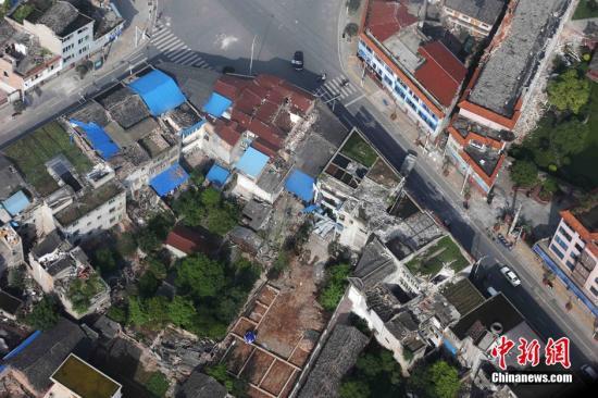 4月20日,四川雅安芦山县发生7.0级地震,成都军区空军紧急出动,分空中地面两个战场全力驰援地震灾区,参加抗震救灾。图为空中航拍地震灾区。刘应华 摄