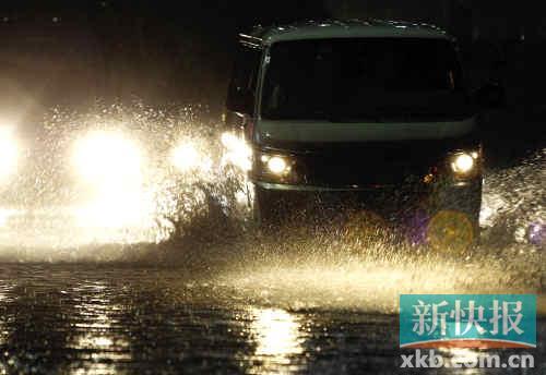 昨日晚上一场暴雨后,广州黄埔大道部分路段出现积水,一辆面包车涉水而过。新快报记者毕志毅/摄