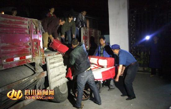 4月20日23时,满载救灾帐篷和汶川人民一片深情的车队奔赴雅安地震灾区