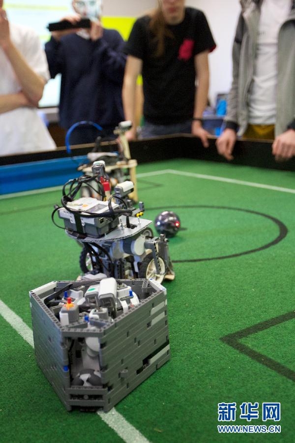 荷兰大学举办机器人足球赛