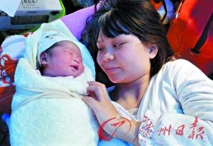 地震宝宝和母亲。(新华社发)
