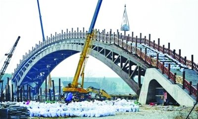 突破过去传统木结构建筑理念,成为目前世界上跨度最大的木结构拱桥.