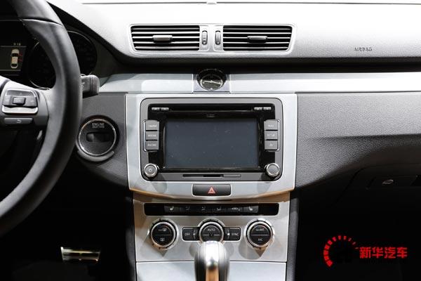 新车的中控面板采用立体设计,中控屏与空调面板之间采用层叠设计突出了整体内饰的层次。类似的设计可以在很多大众新车型上看到,分层立体化的内饰设计或许将成为未来汽车内饰设计的潮流之一。
