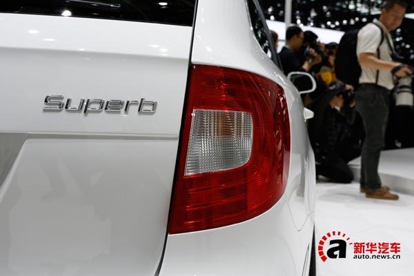 尾部设计方面,斯柯达昊锐旅行版保留了斯柯达家族经典的C型尾灯设计,巨大的尾窗能够提供良好的视野,同时也从侧面反应出新车巨大的行李箱储物能力。