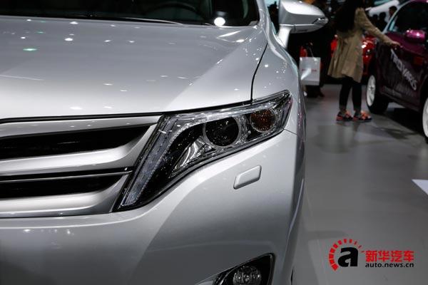 反差比例明显的前大灯增强了车辆的运动感,同时也配备了大灯透镜和自动清洗等实用配置,实际视觉效果相当精神。雾灯四周使用了镀铬装饰条,提升了整体的档次感。