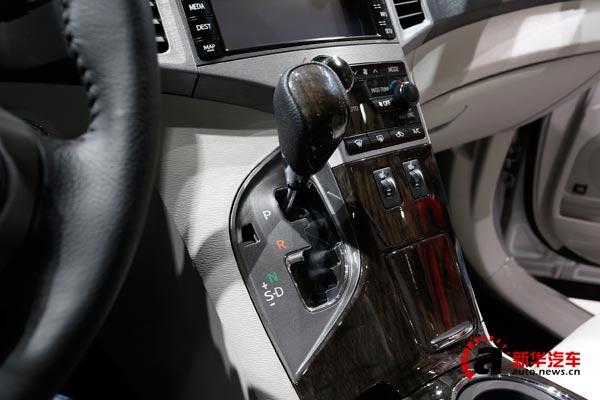 换挡杆的造型和位置都与雷克萨斯RX颇为相似,将上一代高端车的内饰下放到现在的普通车型可以说是最低成本的提升了档次感。