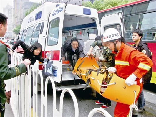 六人排球全场站位图-本报记者  实习生向正鹏   公交车在站台内倒车,意外将一对母子卷入车