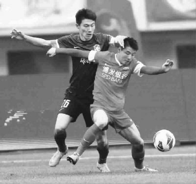 上港队的得分手武磊(右)在球场上的出色表现,引来对手的重点关照。比赛中,对手像影子般地贴身防守武磊