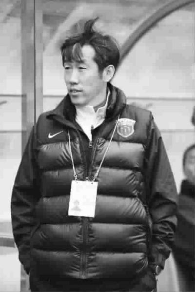 主帅高洪波在比赛中 记者 周国强 摄