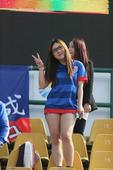 中超图:中能VS申花 美女球迷可爱pose