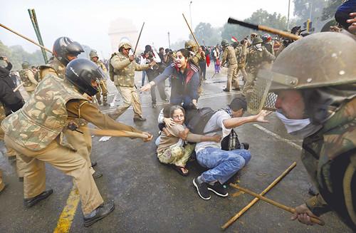 新德里警方在印度门附近驱散抗议者