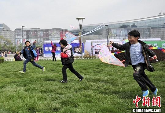 济南近百位小朋友将自己心中的梦想绘制于风筝之上,在济南泉城广场