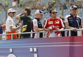 图文:F1巴林大奖赛正赛 车手开始巡游